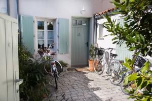 Maison Rétaise et sa cour pour les vélos