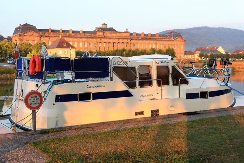 Notre bateau devant le port de Saverne