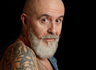 Un senior tatoué