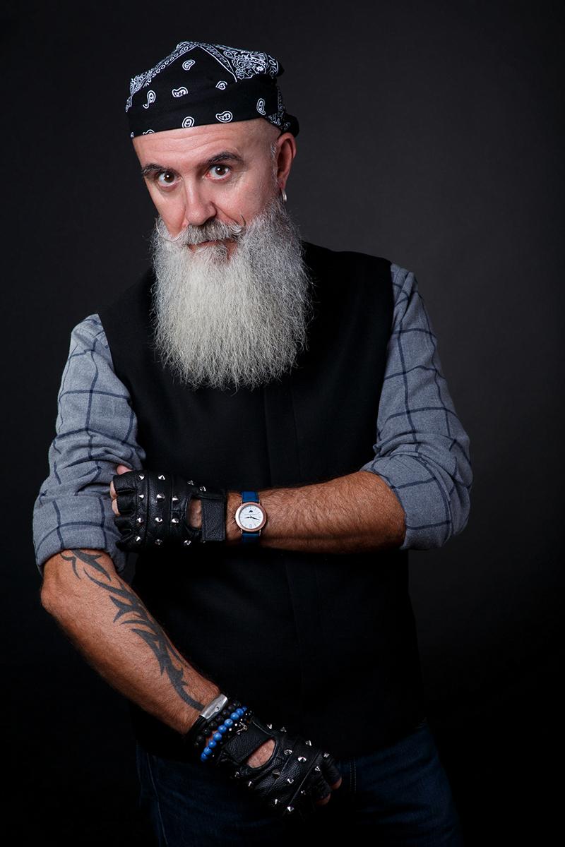 Jean-Pierre un senior tatoué avec un vrai look de hipster