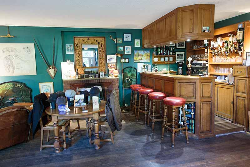 Le bar et sa cheminée